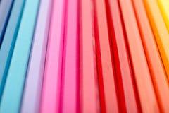 Χρωματίζοντας κραγιόνια που τακτοποιούνται στην περίληψη γραμμών ουράνιων τόξων Στοκ Εικόνες