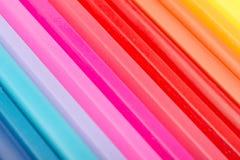 Χρωματίζοντας κραγιόνια που τακτοποιούνται στη γραμμή ουράνιων τόξων Στοκ εικόνες με δικαίωμα ελεύθερης χρήσης