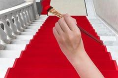Χρωματίζοντας κόκκινο χαλί στην άσπρη μαρμάρινη σκάλα Στοκ Εικόνα