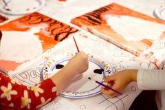Χρωματίζοντας κόμμα στο σπίτι για τα μικρά χέρια Στοκ Εικόνες