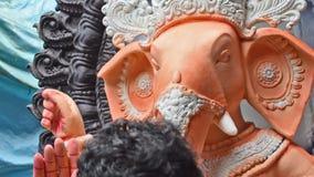 Χρωματίζοντας Λόρδος Ganesha είδωλο αργίλου καλλιτεχνών, Kolkata, Καλκούτα, Ινδία απόθεμα βίντεο
