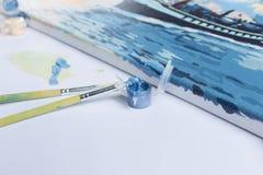 Χρωματίζοντας με τα ακρυλικά χρώματα, βούρτσες, χρώμα, καμβάς Στοκ φωτογραφία με δικαίωμα ελεύθερης χρήσης