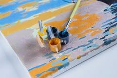 Χρωματίζοντας με τα ακρυλικά χρώματα, βούρτσες, χρώμα, καμβάς Στοκ Εικόνες