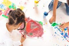 Χρωματίζοντας μικτά παιδιά φυλών Στοκ φωτογραφία με δικαίωμα ελεύθερης χρήσης