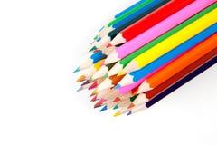 Χρωματίζοντας μολύβια που συσσωρεύονται μαζί στο άσπρο υπόβαθρο Στοκ φωτογραφία με δικαίωμα ελεύθερης χρήσης