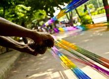 Χρωματίζοντας νήμα εργαζομένων Στοκ Εικόνες