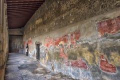 Χρωματίζοντας σε ένα σπίτι της Πομπηίας, μια αρχαία ρωμαϊκή πόλη που καταστρέφεται Στοκ Εικόνα