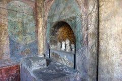 Χρωματίζοντας σε ένα σπίτι της Πομπηίας, μια αρχαία ρωμαϊκή πόλη που καταστρέφεται Στοκ εικόνες με δικαίωμα ελεύθερης χρήσης