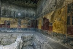 Χρωματίζοντας σε ένα σπίτι της Πομπηίας, μια αρχαία ρωμαϊκή πόλη που καταστρέφεται Στοκ Φωτογραφίες