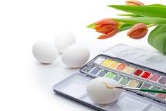Χρωματίζοντας τα αυγά Πάσχας με το watercolor που απομονώνεται στο λευκό, γωνία β Στοκ φωτογραφίες με δικαίωμα ελεύθερης χρήσης