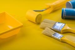χρωματίζοντας τα επιτραπέζια εργαλεία κίτρινα Στοκ φωτογραφία με δικαίωμα ελεύθερης χρήσης