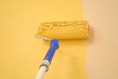 χρωματίζοντας τον τοίχο κυλίνδρων κίτρινο Στοκ εικόνες με δικαίωμα ελεύθερης χρήσης