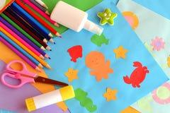 Χρωματισμένα έγγραφο ζώα θάλασσας και λουλούδια, κάρτες εγγράφου applique Ιδέα θερινών τεχνών Δημιουργικότητα παιδιών Εφαρμογή απ Στοκ εικόνα με δικαίωμα ελεύθερης χρήσης