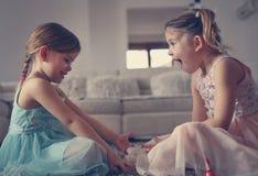 Χρωματισμένα αδελφές καρφιά από κοινού Μικρά κορίτσια Στοκ Εικόνες