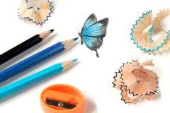 Χρωματισμένα ακόνισμα μολυβιών και σχέδιο πεταλούδων στοκ εικόνες με δικαίωμα ελεύθερης χρήσης