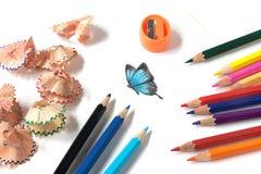 Χρωματισμένα ακόνισμα μολυβιών και σχέδιο πεταλούδων στοκ εικόνες