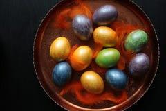 Χρωματισμένα αυγά για Πάσχα στο δίσκο χαλκού στοκ εικόνα
