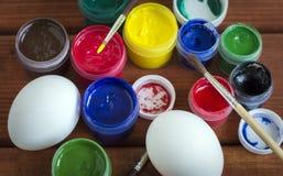 Χρωματισμένα αυγά για Πάσχα στο ξύλινο υπόβαθρο στοκ εικόνες