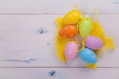 Χρωματισμένα αυγά και κίτρινα φτερά Στοκ εικόνες με δικαίωμα ελεύθερης χρήσης