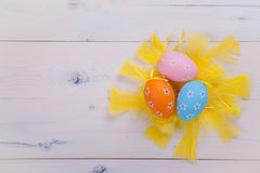 Χρωματισμένα αυγά και κίτρινα φτερά Στοκ Εικόνα