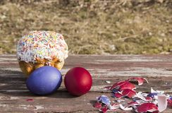 Χρωματισμένα αυγά και κοχύλι στον ξύλινο πίνακα στοκ εικόνα
