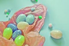 Χρωματισμένα αυγά και μικρές χνουδωτές μάζες ως σύμβολο Πάσχας αυγά φιαγμένα από foamira στοκ φωτογραφία