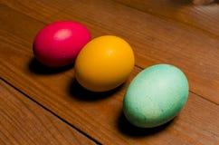 Χρωματισμένα αυγά κοτόπουλου για τις παραδοσιακές χριστιανικές διακοπές Easte Στοκ εικόνες με δικαίωμα ελεύθερης χρήσης