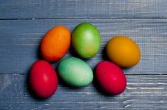 Χρωματισμένα αυγά κοτόπουλου για τις παραδοσιακές χριστιανικές διακοπές Easte Στοκ φωτογραφία με δικαίωμα ελεύθερης χρήσης