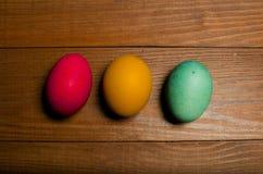 Χρωματισμένα αυγά κοτόπουλου για τις παραδοσιακές χριστιανικές διακοπές Easte Στοκ Εικόνα