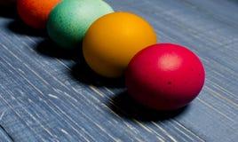 Χρωματισμένα αυγά κοτόπουλου για τις παραδοσιακές χριστιανικές διακοπές Easte Στοκ Εικόνες