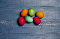Χρωματισμένα αυγά κοτόπουλου για τις παραδοσιακές χριστιανικές διακοπές Easte Στοκ φωτογραφίες με δικαίωμα ελεύθερης χρήσης