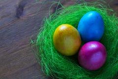Χρωματισμένα αυγά κοτόπουλου για το υπόβαθρο Πάσχας για το σχέδιο διακοσμήσεων στοκ φωτογραφίες