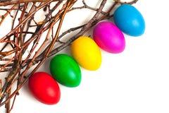 Χρωματισμένα αυγά Πάσχας από τους κλάδους Στοκ Φωτογραφίες