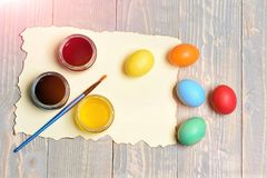 Χρωματισμένα αυγά Πάσχας και ζωηρόχρωμο μολύβι που τίθενται στο μπλε φλυτζάνι Στοκ φωτογραφίες με δικαίωμα ελεύθερης χρήσης