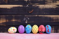 Χρωματισμένα αυγά Πάσχας κρητιδογραφιών χέρι με το ρόδινο υπόβαθρο στοκ εικόνες