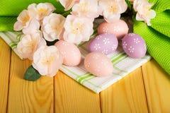 Χρωματισμένα αυγά Πάσχας, λουλούδια κλάδων στο πράσινο βαμβάκι τ υποβάθρου Στοκ φωτογραφία με δικαίωμα ελεύθερης χρήσης