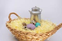 Χρωματισμένα αυγά Πάσχας που κρύβονται στο αγρόκτημα στα φρέσκα προϊόντα στοκ εικόνες