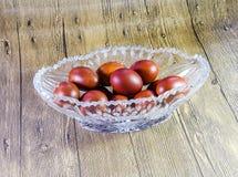Χρωματισμένα αυγά Πάσχας σε ένα βάζο κρυστάλλου Κόκκινα χρωματισμένα αυγά κοτόπουλου για Πάσχα Στοκ φωτογραφία με δικαίωμα ελεύθερης χρήσης