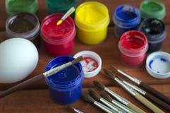Χρωματισμένα αυγά Πάσχας σε ένα ξύλινο υπόβαθρο στοκ εικόνες