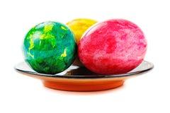 Χρωματισμένα αυγά Πάσχας σε ένα στρογγυλό πιάτο σε ένα άσπρο υπόβαθρο στοκ εικόνες