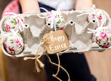 Χρωματισμένα αυγά Πάσχας στο δίσκο στοκ εικόνες
