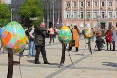 Χρωματισμένα αυγά Πάσχας συντάκτη εργασία Στοκ φωτογραφίες με δικαίωμα ελεύθερης χρήσης