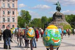 Χρωματισμένα αυγά Πάσχας συντάκτη εργασία Στοκ φωτογραφία με δικαίωμα ελεύθερης χρήσης