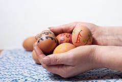 Χρωματισμένα αυγά σε διαθεσιμότητα Στοκ Εικόνα