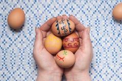 Χρωματισμένα αυγά σε διαθεσιμότητα Στοκ φωτογραφίες με δικαίωμα ελεύθερης χρήσης