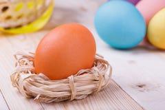 Χρωματισμένα αυγά στο ξύλινο υπόβαθρο Στοκ φωτογραφίες με δικαίωμα ελεύθερης χρήσης