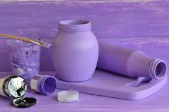Χρωματισμένα βάζα γυαλιού, σωλήνες του ακρυλικού χρώματος, βούρτσα Εσωτερικό που διακοσμεί τις χειροποίητες ιδέες Στοκ φωτογραφία με δικαίωμα ελεύθερης χρήσης