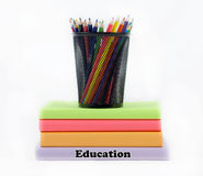 Χρωματισμένα βιβλία εκπαίδευσης με τα χρωματισμένα μολύβια Στοκ φωτογραφία με δικαίωμα ελεύθερης χρήσης
