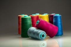 Χρωματισμένα βιομηχανικά στροφία που τακτοποιούνται στο σκοτεινό backgroud στοκ εικόνα με δικαίωμα ελεύθερης χρήσης