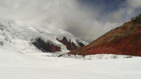 Χρωματισμένα βουνά και σύννεφα Pamir Στοκ εικόνες με δικαίωμα ελεύθερης χρήσης